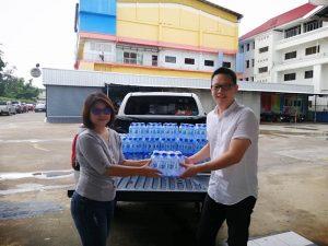 บริษัท สหไทยศึกษาภัณฑ์ กาฬสินธุ์ จำกัดได้มอบน้ำดื่มเพื่อสนับสนุน ทีมกู้ภัยชุมแพ
